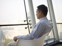Uomo d'affari che pensa nell'ufficio fotografia stock libera da diritti