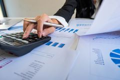 Uomo d'affari che per mezzo del calcolatore per calcolare piano di prestito fotografie stock libere da diritti