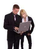 Uomo d'affari che per mezzo del computer portatile Fotografia Stock Libera da Diritti