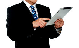 Uomo d'affari che per mezzo del ridurre in pani, immagine potata Fotografia Stock Libera da Diritti