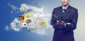 Uomo d'affari che per mezzo del telefono mobile Immagini Stock