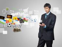 Uomo d'affari che per mezzo del telefono mobile dello schermo di tocco Immagine Stock Libera da Diritti