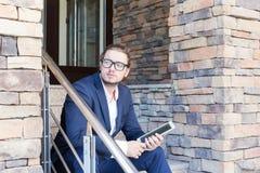 Uomo d'affari che per mezzo di un pc del ridurre in pani Fotografia Stock Libera da Diritti
