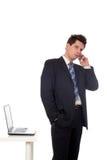 Uomo d'affari che per mezzo di un telefono mobile Immagine Stock