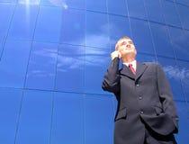 Uomo d'affari che per mezzo di un telefono mobile fotografia stock libera da diritti