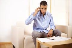 Uomo d'affari che per mezzo di un telefono mobile Immagini Stock Libere da Diritti