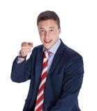 Uomo d'affari che poiting la sua barretta alla macchina fotografica Fotografie Stock Libere da Diritti