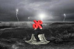 Uomo d'affari che porta simbolo di percentuale 3D sul crogiolo di soldi con lo sto Fotografie Stock Libere da Diritti