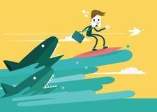 Uomo d'affari che pratica il surfing per sfuggire all'attacco dello squalo Immagine Stock Libera da Diritti