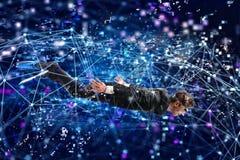 Uomo d'affari che pratica il surfing il underwater di Internet con la maschera Concetto di esplorazione di Internet fotografia stock