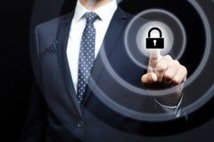 Uomo d'affari che preme bottone sugli schermi virtuali immagini stock libere da diritti