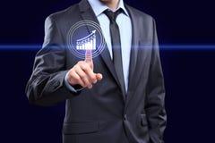Uomo d'affari che preme bottone sull'interfaccia del touch screen e sull'esperienza scelta Affare, concetto di tecnologia immagini stock