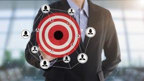 Uomo d'affari che preme gli scopi di vendita del bottone sullo schermo virtuale Immagini Stock