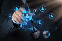 Uomo d'affari che preme i bottoni sociali moderni su un virtuale Fotografie Stock