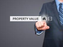 Uomo d'affari che preme il bottone di valore di una proprietà sugli schermi virtuali Fotografie Stock Libere da Diritti