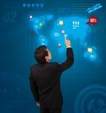 Uomo d'affari che preme il bottone sociale di media sulla mappa digitale Immagine Stock