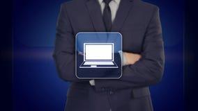 Uomo d'affari che preme il bottone webinar del computer portatile sugli schermi virtuali illustrazione di stock