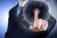 Uomo d'affari che preme il pannello cyber di tecnologia moderna immagini stock