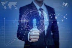 Uomo d'affari che preme il pannello moderno di tecnologia con l'impronta digitale r Fotografia Stock