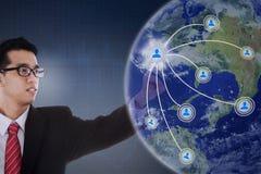 Uomo d'affari che preme l'icona della rete sociale Immagine Stock Libera da Diritti