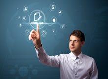 Uomo d'affari che preme le icone virtuali di messaggio Immagini Stock