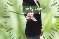 Uomo d'affari che preme tempo di imparare bottone sugli schermi virtuali immagini stock libere da diritti