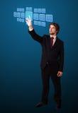 Uomo d'affari che preme tipo alta tecnologia di bottoni moderni Fotografie Stock