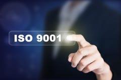 Uomo d'affari che preme un bottone di concetto di iso 9001 Immagine Stock