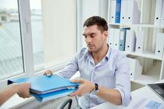 Uomo d'affari che prende cartella da segretario in ufficio fotografie stock libere da diritti