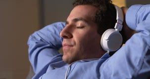 Uomo d'affari che prende una rottura e che ascolta la musica Immagini Stock Libere da Diritti