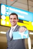 Uomo d'affari che presenta il biglietto di aria Immagini Stock Libere da Diritti