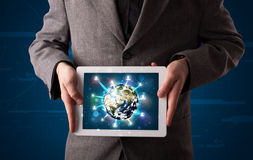 Uomo d'affari che presenta il globo della terra 3d in compressa Fotografie Stock Libere da Diritti