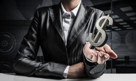 Uomo d'affari che presenta simbolo del dollaro Immagini Stock