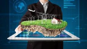 Uomo d'affari che presenta una terra perfetta di ecologia con una casa  Fotografie Stock Libere da Diritti