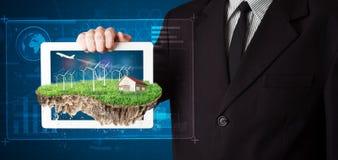 Uomo d'affari che presenta una terra perfetta di ecologia con una casa e w immagine stock