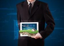 Uomo d'affari che presenta una terra perfetta di ecologia con una casa e w Immagini Stock Libere da Diritti