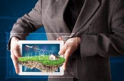 Uomo d'affari che presenta una terra perfetta di ecologia con una casa e w Fotografia Stock