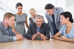 Uomo d'affari che prevede il futuro con la sua sfera di cristallo Immagine Stock Libera da Diritti
