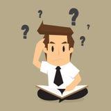 Uomo d'affari che risolve, informazioni del ritrovamento dai libri al problema immagini stock libere da diritti