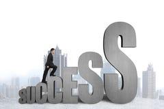 Uomo d'affari che scala sulla parola crescente di successo 3D Immagine Stock
