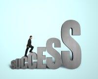 Uomo d'affari che scala sulla parola 3d Immagini Stock
