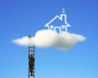 Uomo d'affari che scala sulla scala di legno per raggiungere la casa della nuvola Immagini Stock