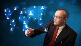 Uomo d'affari che sceglie dalla mappa di rete sociale Fotografie Stock Libere da Diritti