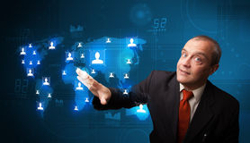 Uomo d'affari che sceglie dalla mappa di rete sociale Immagini Stock