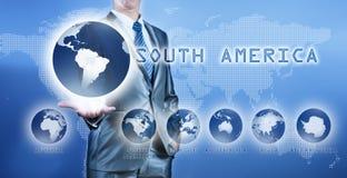 Uomo d'affari che sceglie il continente del Sudamerica Immagini Stock