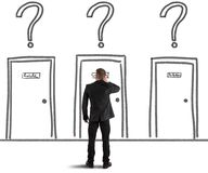 Uomo d'affari che sceglie la porta giusta Immagine Stock