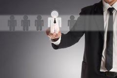 Uomo d'affari che sceglie partner giusto da molti candidati Immagini Stock