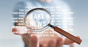 Uomo d'affari che scopre la rappresentazione falsa di informazioni 3D di notizie Fotografie Stock