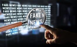 Uomo d'affari che scopre la rappresentazione falsa di informazioni 3D di notizie Immagini Stock