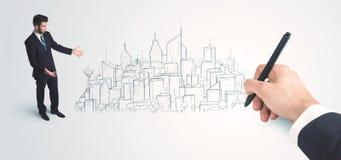 Uomo d'affari che sembra città disegnata attuale sulla parete Immagini Stock Libere da Diritti
